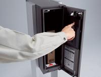 宅配ボックスコンボ扉の裏側の施錠レバーをセットします